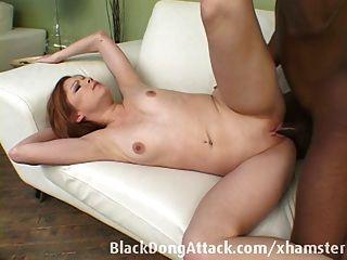 Teen wird von einem großen schwarzen Schwanz gefickt