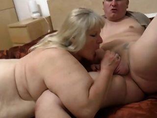 Fett Oma mit schlaffen Körper & Kerl