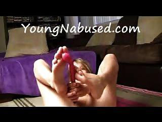 Freundin masturbiert und spielt mit ihren Füßen