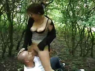 mollig Küken fickt im Wald
