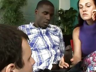 Frau zeigt Mann, wie schwarzen Schwanz zu saugen