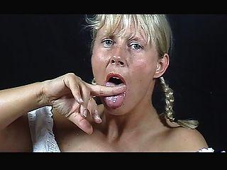 eine blonde cum Esser ..... ihre eigene