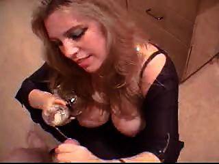 blonde Getränke frisch cum aus einem Glas