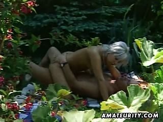 blonde Amateur Freundin Outdoor-Action mit Sperma in den Mund