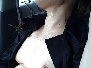 verrückten Küken nimmt auf der Straße in einem Auto cum Bad