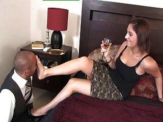royalmistress - Herrin amelia spielt mit ihren Fußsklave