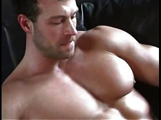 sexy Muskel spielt mit seinem Schwanz