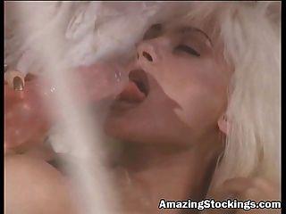 blonde Porno Schlampe in blauen Dessous und Strumpf mit Vibrator