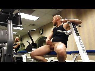 Calvo musculoso pajeandose en el Turnhalle