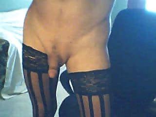 edel Transvestiten in den schwarzen Strümpfen raucht und Cums für Sie