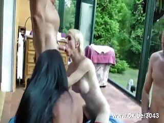 Bisexuelle und shemales in Strümpfen ficken