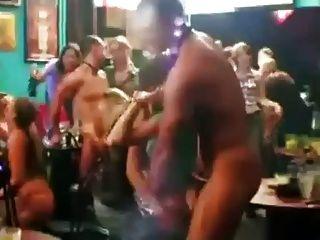 verlegen Mädchen, die von männlichen Stripper gestrippt