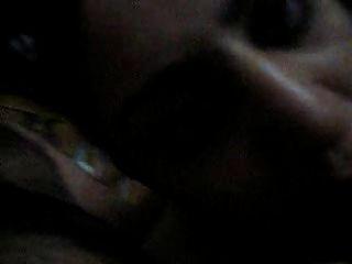 indisches Mädchen saugen ihr Freund Hahn