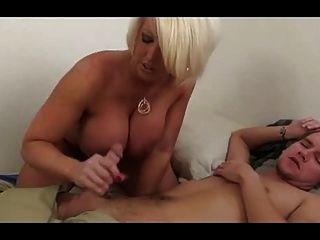 blonde vollbusige MILF alura jenson gibt eine große Handjob