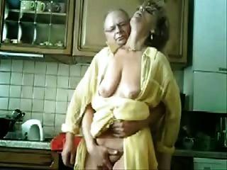 se Mama und Papa, die Spaß in der Küche. gestohlen Video