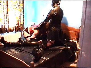 alison thighbootboy und ihren Gummi-Slave - Teil 2