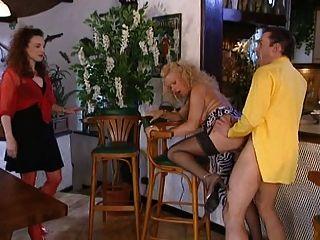 zwei Frauen an der Bar eine Noppe mit