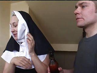 Nonne irina mit zwei Jungs