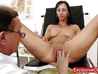 Hot Babe nikki Pussy während Gynäkologen Prüfung gepumpt