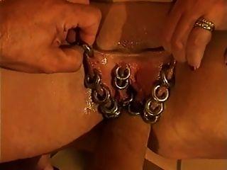 stark durchbohrt reifen Pussy wird Faust gefickt