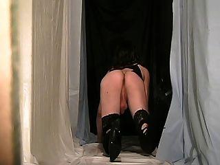 fanny cd ein schwarzes Kleid trägt DWT