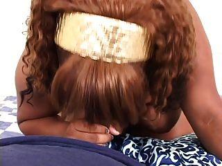pov Schuss von einem dicken schwarzen Mädchen bekommen Doggy-Style und eine Wichse Last auf dem Rücken