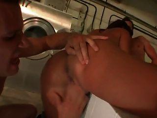 süßes Mädchen bekommt ihr im Waschraum gefüllt Löcher