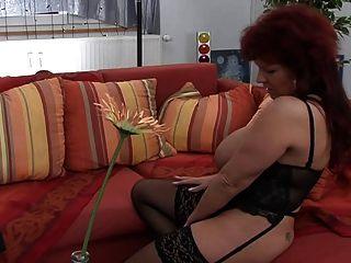 rothaarigen Mutter ihre superhuge Titten zeigt