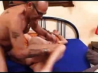 verworrene älteres Paar, das Bett einweichen
