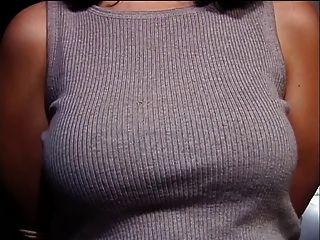 gebunden Hottie mit einem schönen großen Rack bekommt auf jede erdenkliche Weise ihre Titten gehänselt