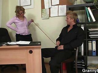 Bürodame gibt Kopf und wird gefickt