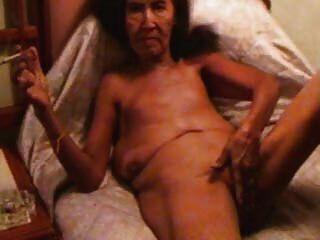 alte Hure masturbiert und raucht