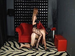 Herrin reitet ihren Sklaven
