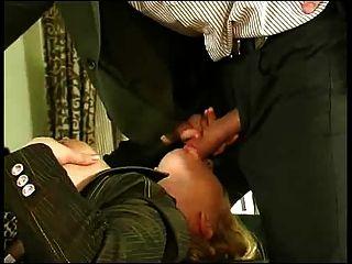 junger Mann fickt Büros Mädchen anal.