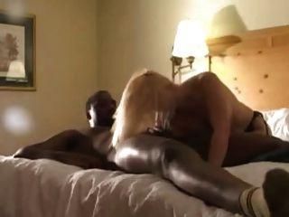Blondine in den schwarzen Strümpfen von schwarzen Liebhaber (camaster) gefickt