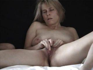 Reife britische Blondine masturbiert