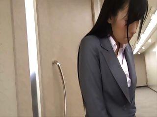 japanisch ol mit versteckten Vibrator unter ihren Rock
