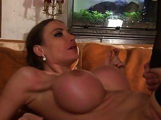 reifen aux seins enormes se fait baiser