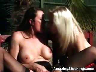 zwei milfs in sexy Strümpfen und Strapsen Ausfertigung