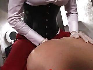 schöne Herrin fickt einen Sklaven mit einem Strapon