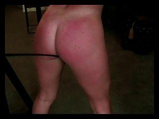 Blonde in Knechtschaft wird verprügelt