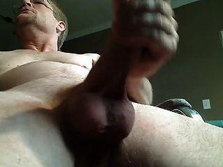 Schauen Sie sich Daddy cum von unten