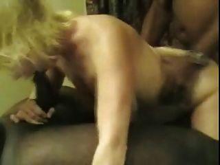 blonde Frau mit zwei schwarzen Jungs