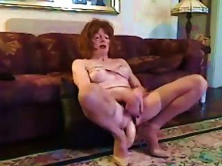 reifen cd nimmt einen riesigen Dildo in ihren Arsch