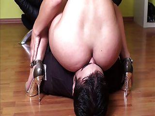 Herrin Facesitting ihren Sklaven