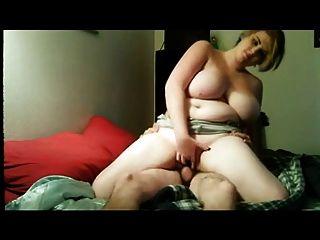 bbw mit ihrem Freund fickt auf dem Bett