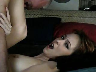 alter Mann fickt Babysitter (er leckt seine eigene Sperma aus ihr)