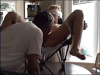 Hündin auf dem Stuhl gefesselt