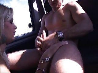 Ladyboy Thais Schiavinato nimmt einen harten Schwanz in den Arsch