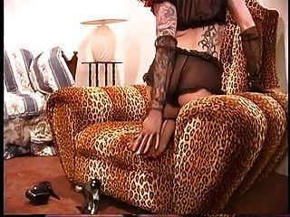 sexy tätowierte Rotschopf in Scher schwarzen Strümpfen und Fersen posiert für die Kamera
